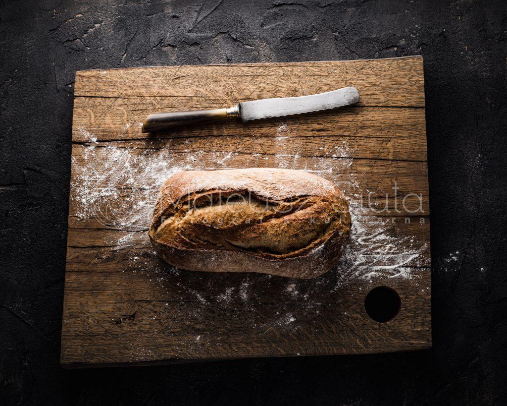 chleb razowy na desce do krojenia