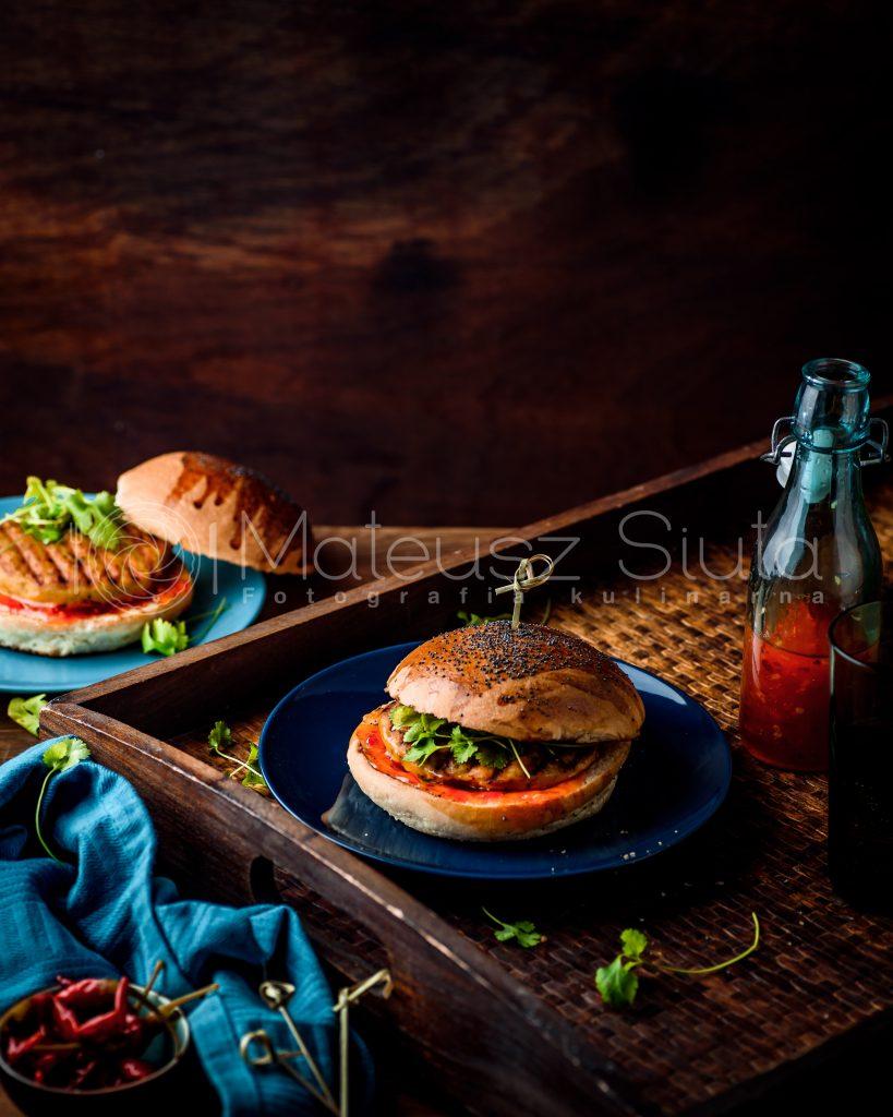 kurczak burger z kolendrą i słodkim sosem chilli